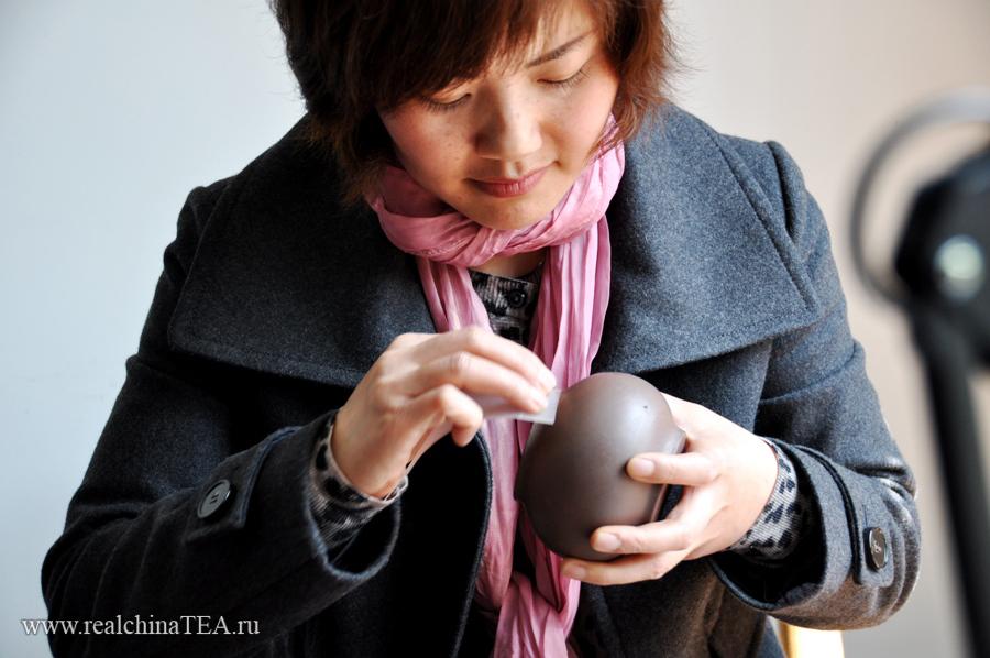 Мастер по изготовлению исинских чайников. Кстати, это вовсе не обязательно, что чайники изготавливаются именно мужчинами. 50% мастеров - женщины.