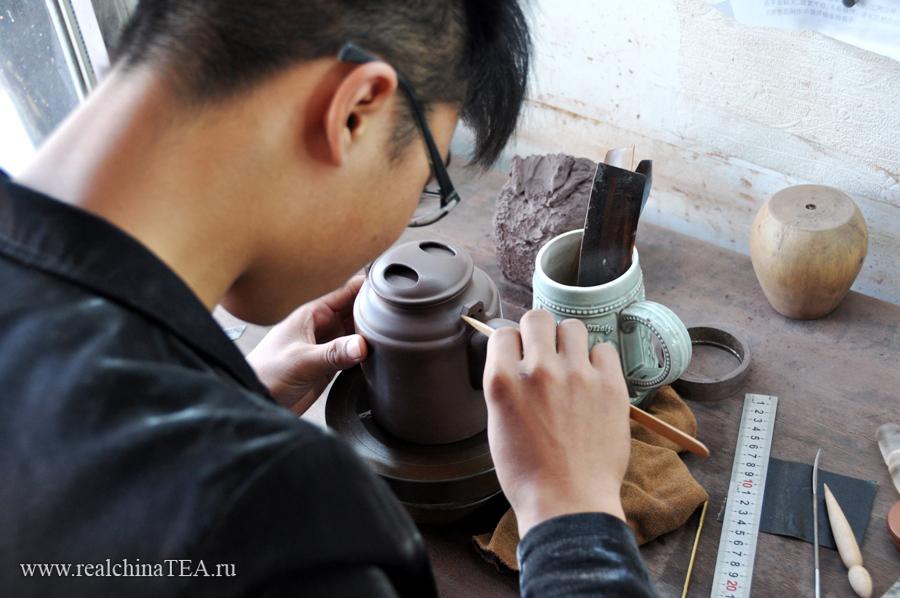 Весь процесс работы с чайником происходит на специальном вращающемся диске. Диск этот наподобие гончарного, только меньше. Он установлен на качественном подшипнике и может вращаться по несколько минут от одного лишь толчка.