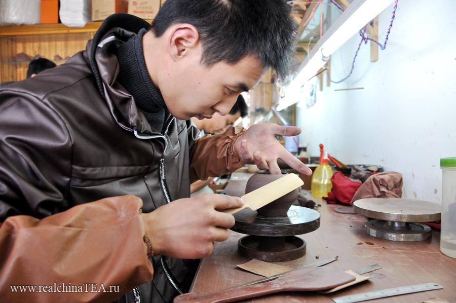 Изготовление чайника - это полностью ручной труд, который практически невозможно автоматизировать.