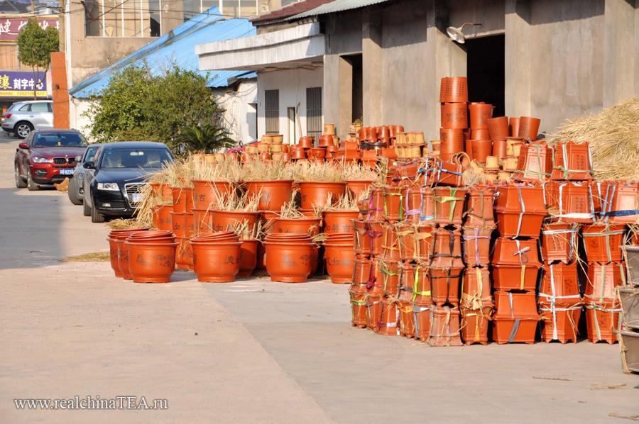 На исинских фабриках делают не только чайники. Тут  производят  глиняные горшки, вазы, сувениры.  Это фото открытого склада одной из фабрик.
