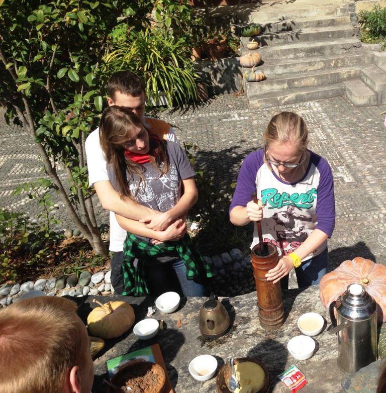 Ребята заваривают чай по-тибетски