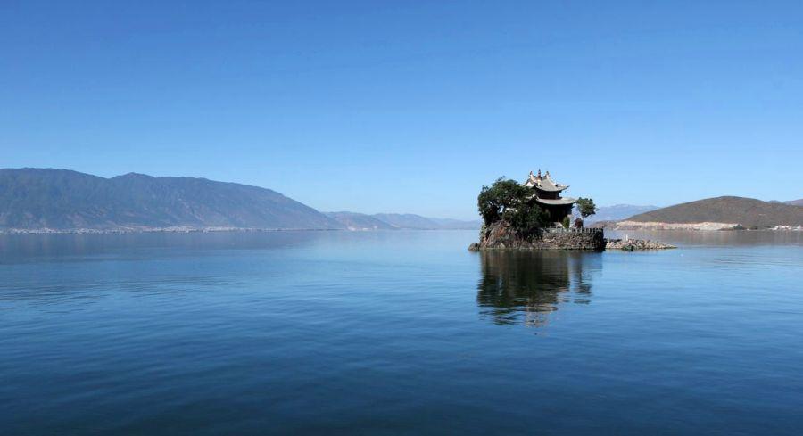Озеро Эрхай в провинции Юньнань. Одно из самых больших и самых чистых высокогорных озер в мире. На высоте 2 000 метров над уровнем моря. Его протяженность от берега до берега - 42 километра. 10 марта мы будем стоять именно в этом месте и видеть то же самое, но вживую. Это фото было сделано нами меньше недели назад.