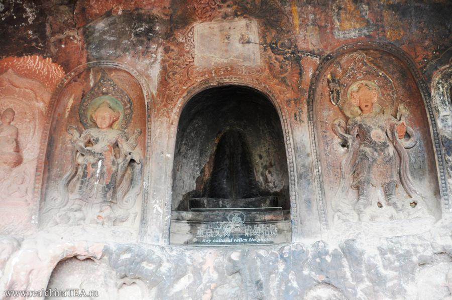Символ местного матриархата. Прямо в буддийском монастыре. Это фантастика! Я такого еще никогда не видел. Никто не видел. Больше таких мест нет. Это какой-то локальный религиозный перекос. Но, в любом случае, это очень интересно!