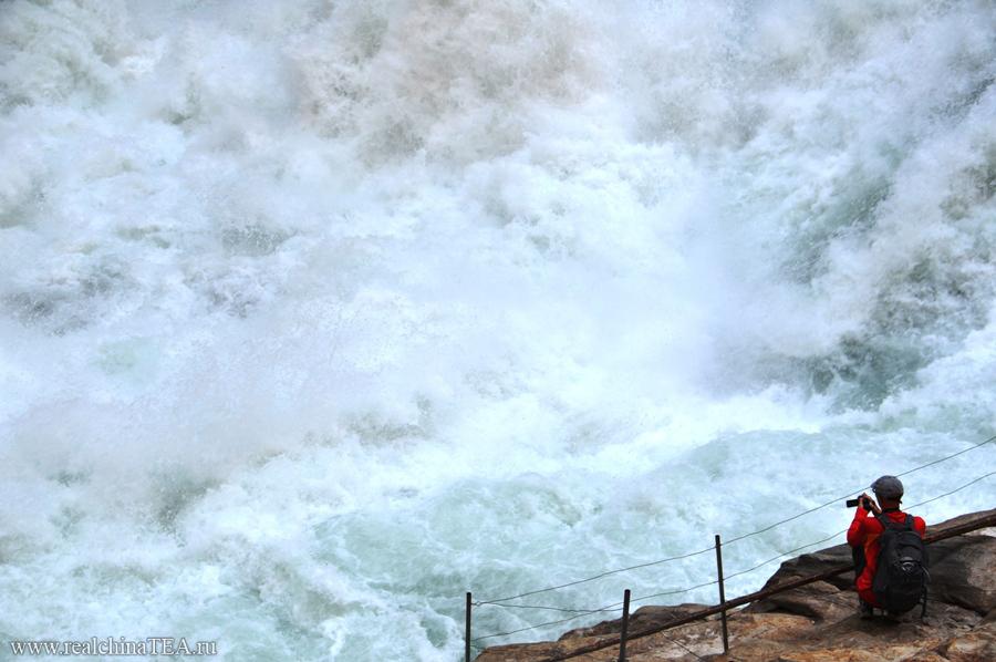 А вблизи река Янцзы выглядит совсем иначе. Это безумный и неуправляемый поток. Тут ежесекундно высвобождается столько энергии!!