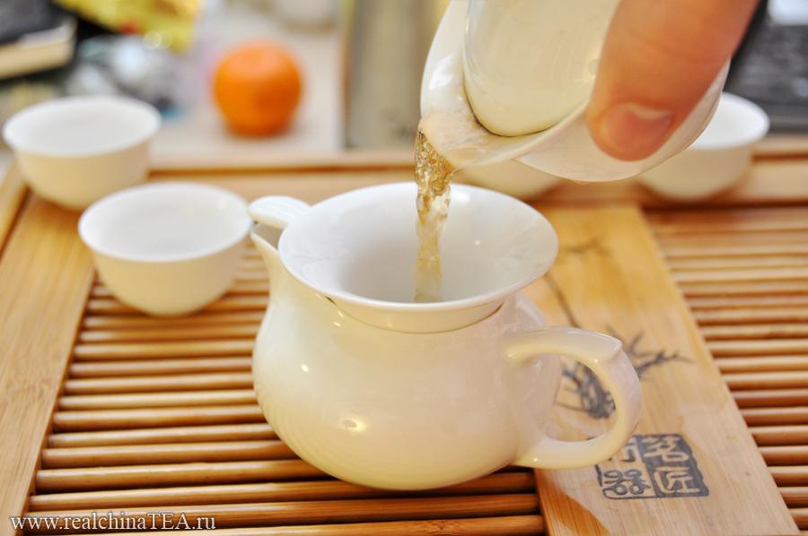 Чай из гайвани мы сначала переливаем в чахай и только потом разливаем по пиалочкам.