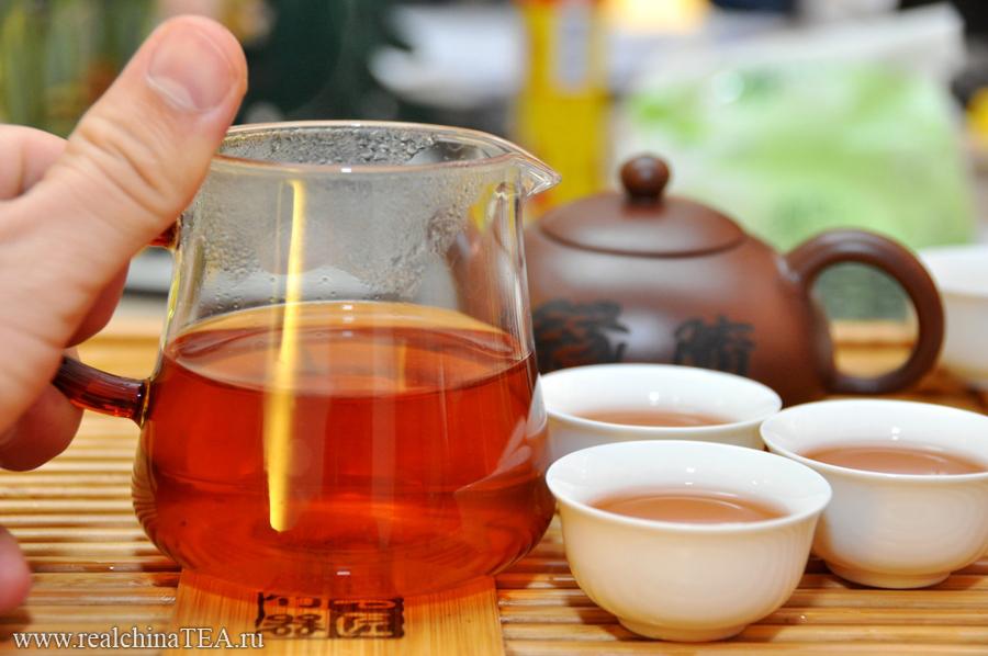 Чахай быает не только из фарфора, но также из прозрачного стекла. К слову сказать, для приготовления красных чаев и Пуэров китайцы используют именно такие чахаи. Посмотрите, какой тут получается равномерный и красивый настой.