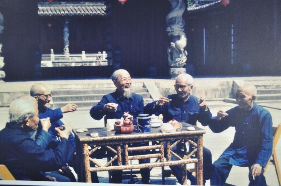 Этот кадр я переснял в чайном музее г. Аньси. Это конец семидисятых. С тех времен местные старики допивают Тегуаньинь Нунсян.
