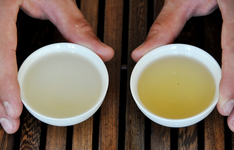 А вот эти же самые чаи в завареном виде. Тегуаньинь Цинсян - слева. Тегуаньинь Нунсян - справа.