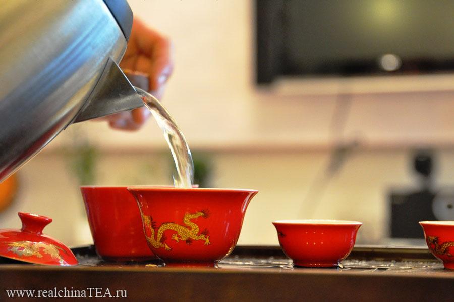 Различные китайские чаи завариваются водой различной температуры.