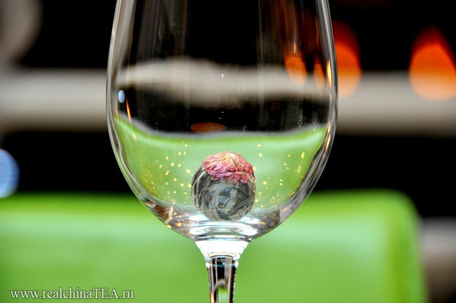 Заваривать связанный чай лучше всего в большом стеклянном бокале
