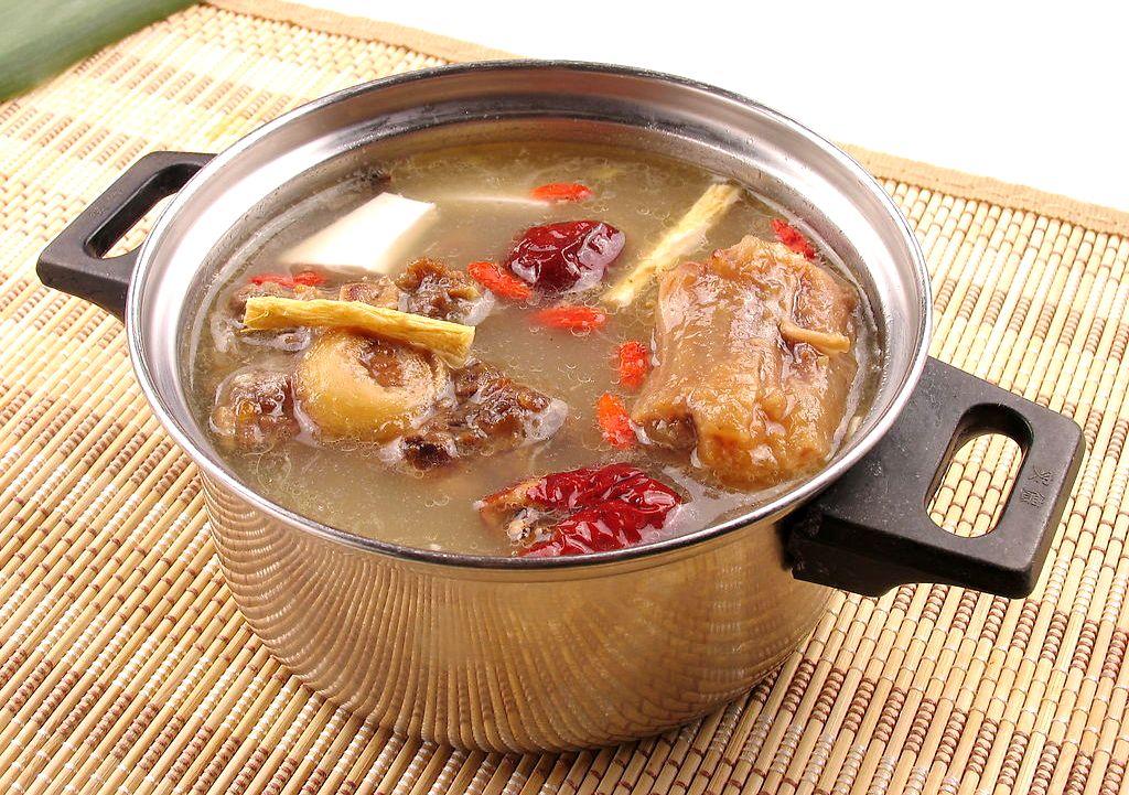 Я кидаю небольшую щепотку ягод годжи в супы за несколько минут до финиша. Получается интересно. Попробуйте. Это классический китайский кулинарный прием.