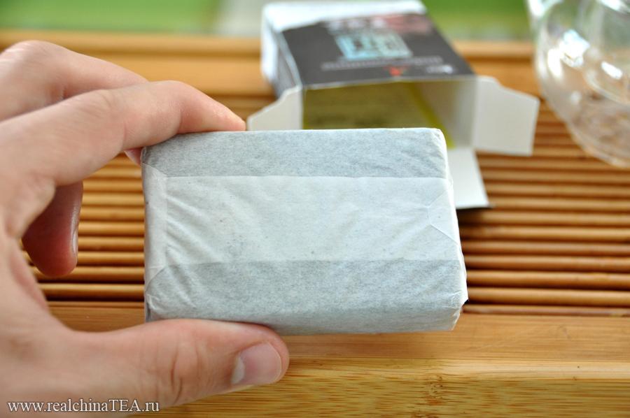 Каждый брикет чая завернут в дополнительную бумажную обертку. Это очень удобно, так как он не крошится и не просыпается мелкими чаинками на колени, когда вы вскрываете основную упаковку.