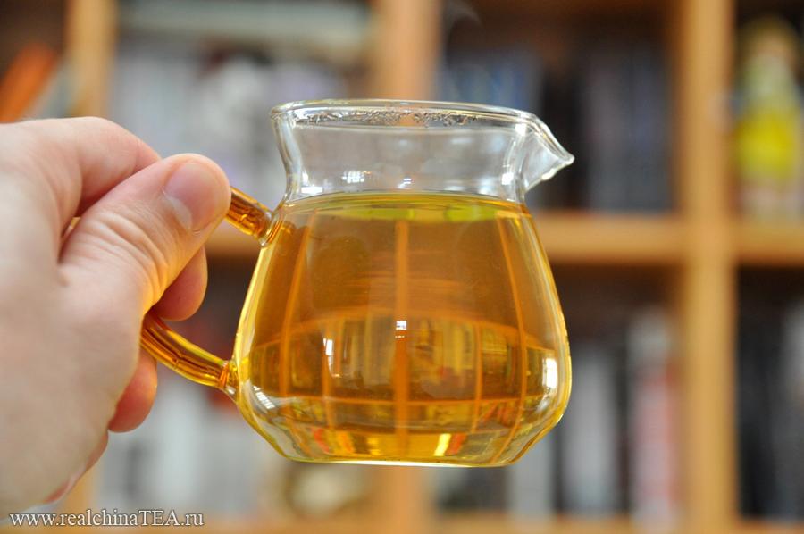 Черный кирпичный чай Байшаси дает желтый настой. Удивлены? Ожидали другого? )) Я поначалу был тоже очень удивлен.