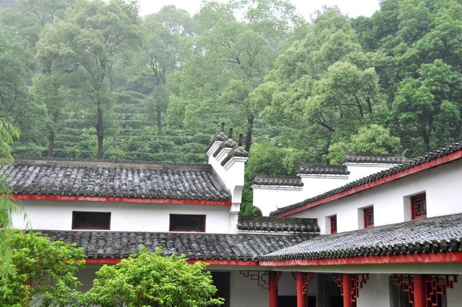 Мануфактура по производству чая на острове Цзюньшань Дао и плантации сразу же за ней.