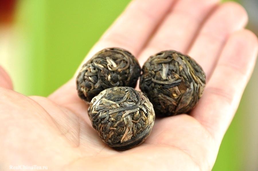 Мини-ядрышки Шэн Пуэра. Обратите внимание на целостность каждого чайного листочка.