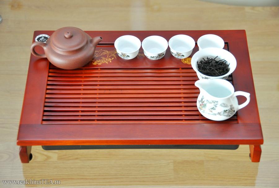Размер этого подноса 30х45 сантиметров. Этого более чем достаточно, чтобы разместить всю необходимую чайную утварь. И еще останется достаточно свободного места для церемонии.