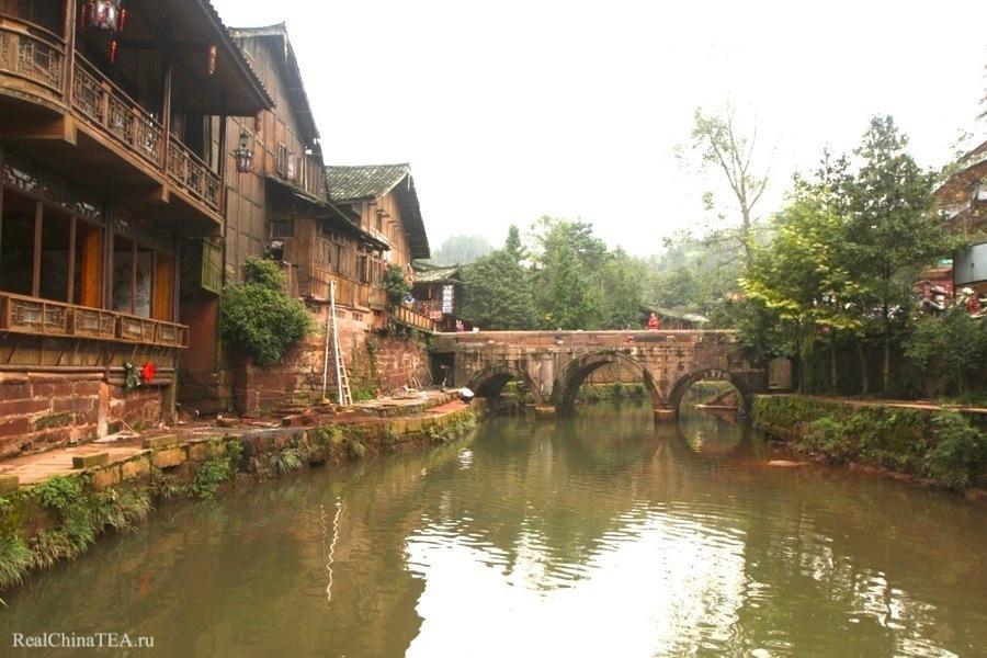 Древний город недалеко от уезда Яань. Тут мы проведем один день и одну ночь. И будем жить прямо в этих домах.