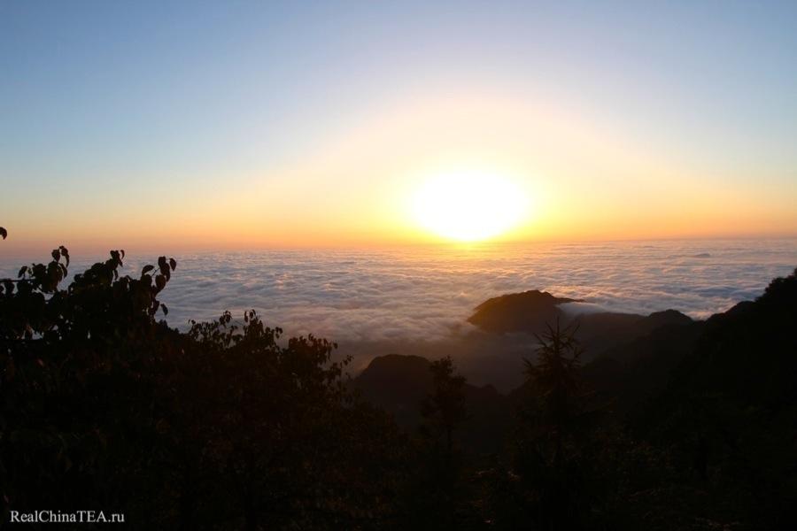 Горы Эмэйшань. Тут мы проведем два потрясающих дня.