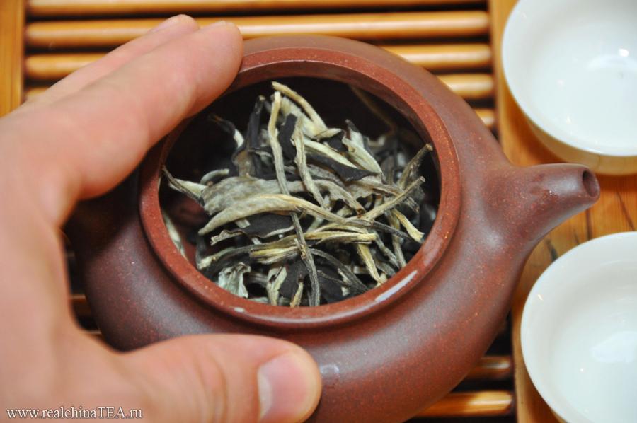 """Пуэр """"Лунный Свет"""" можно заваривать в глиняном чайничке. Обычно я так и делаю. Но его также интересно заваривать и в фарфоровой гайвани. Так вы сможете в полной мере насладиться его ароматом. Нюхать крышку от гайвани, в которой находится такой чай, - это особенное удовольствие!"""
