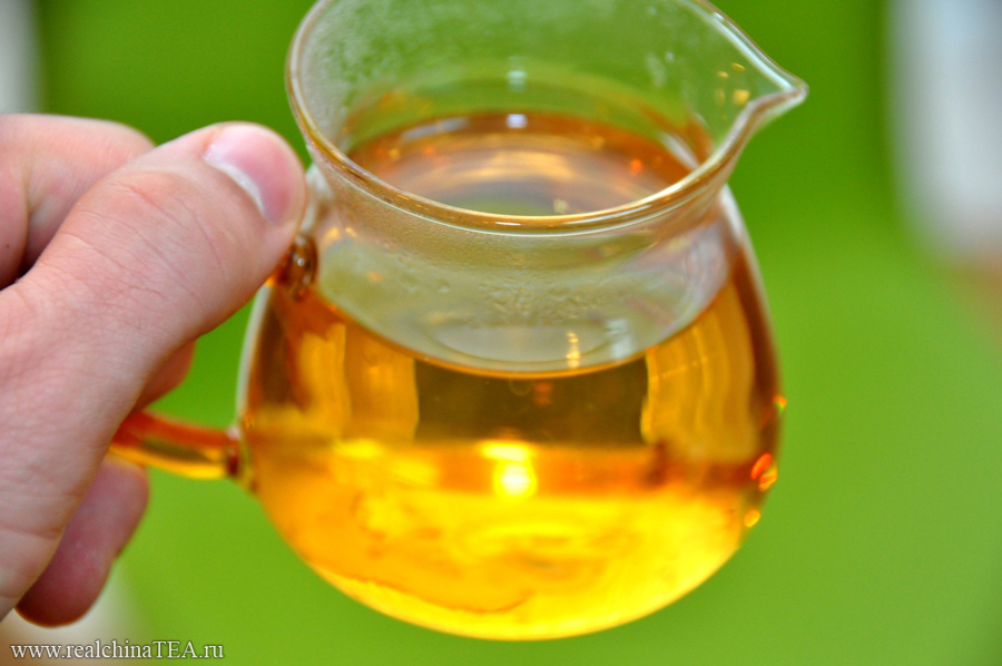 Удивительно наблюдать, как настой этого чая меняется от заварки к заварке.