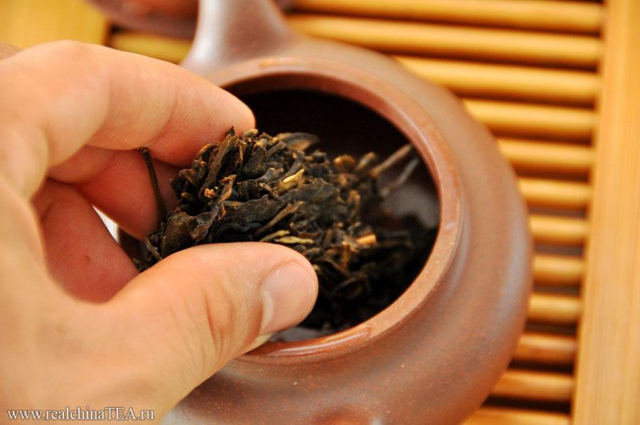 На одну заварку в чайничке из исинской глины необходимо положить 7-10 граммов Шен Пуэра. Этого количества вам хватит на 8-10 проливов. Шен Пуэры необходимо заваривать крутым кипятком.