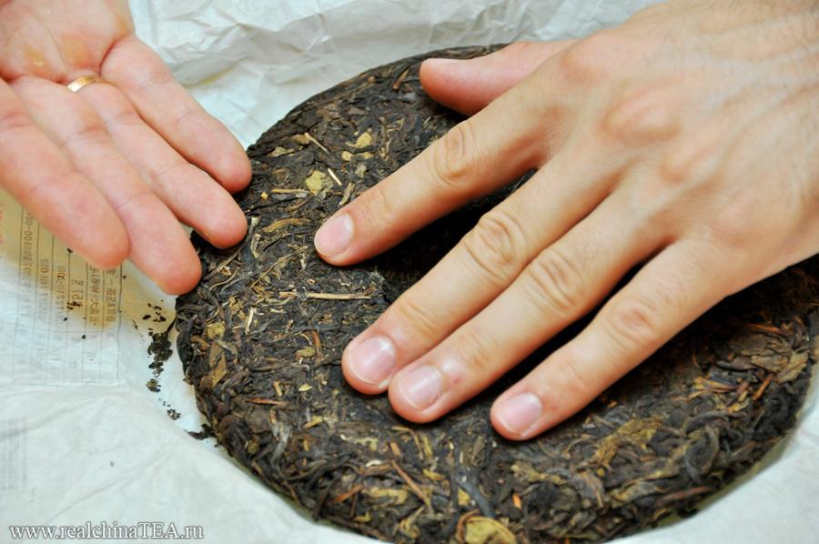 Он сделан из крошева чайного листа, веток и пыли.
