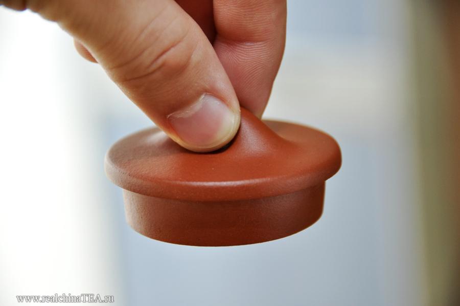 Ручка крышки хорошо ложится под подушечки. А шершавая структура глины не позволяет крышке выскользнуть из пальцев.