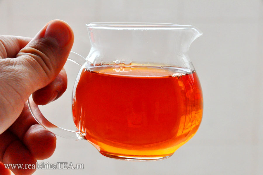 Красный чай дает красивый бурый настой.