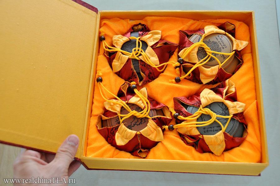 Набор четырех баночек из исинской глины поставляется в подарочной упаковке.