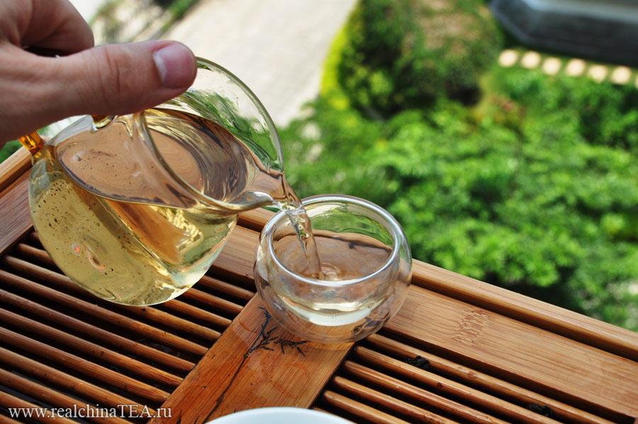 Лао Тегуаньинь - это сложный чай, о котором заботятся годами. На этом снимке хорошо видно, насколько темнее стал настой. Но, к сожалению, я пока не знаю, как передать вам изменения во вкусе и аромате этого чая. )