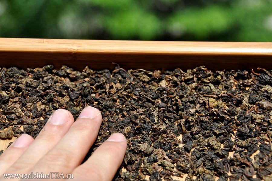 Лао Тегуаньинь довольно сильно отличается по цвету от исходного чая. Вглядитесь в эти чаинки. Посмотрите, как они потемнели за несколько лет выдержки.
