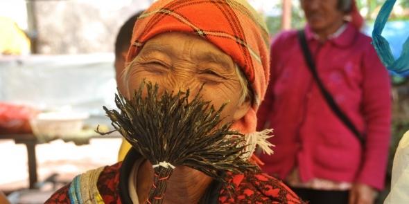 Волшебная бабушка из провинции Юньнань. Это уже начался наш Юньнаньский тур.