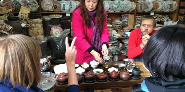 Пуэрное изобилие на чайном рынке. Знаете, в чем еще один секрет успеха чайных туров? В том, что их можно запросто окупить.