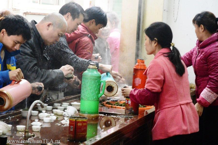 Ажиотаж вокруг дегустации чая на стихийном рынке. Я могу бесконечно долго смотреть на это зрелище. Тут сумасшедшая энергетика!