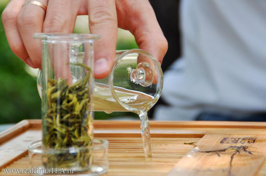 Сливаем первую заварку китайского чая