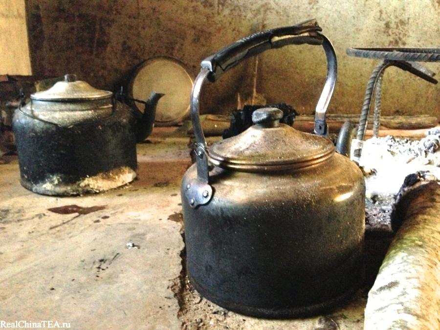 Из таких огромных чайников, в которых по сто раз на дню закипает Пуэр, местные жители пьют свой чай. Такая вот локальная чайная традиция. www.realchinatea.ru в деревне Лаобаньчжан.