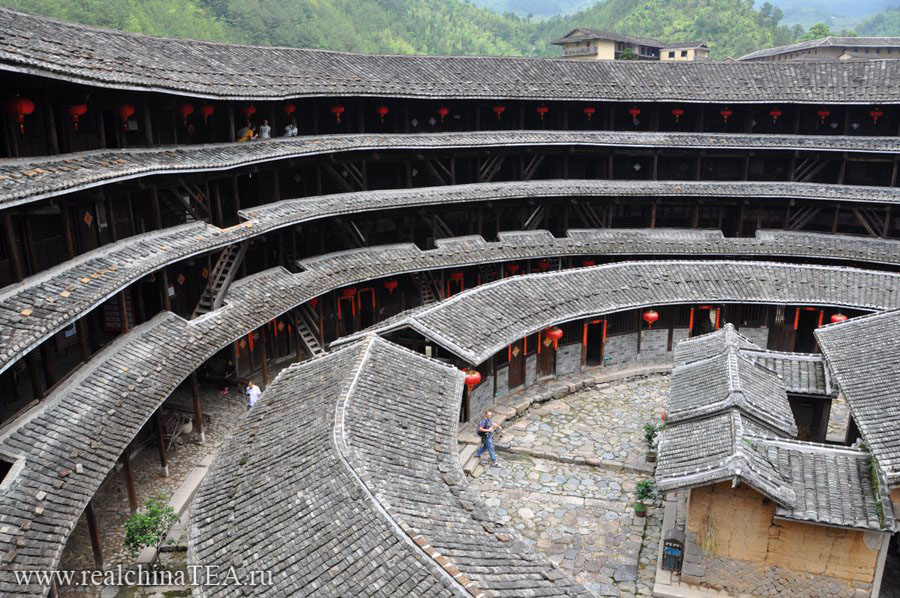 Так выглядят эти дома изнутри. Чтобы понять, насколько они большие, посмотрите, насколько маленькие наши туристы на третьем этаже.
