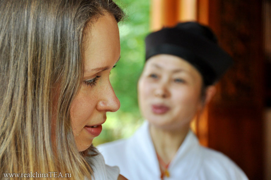Настоятельница монастыря интерпретирует гадания.