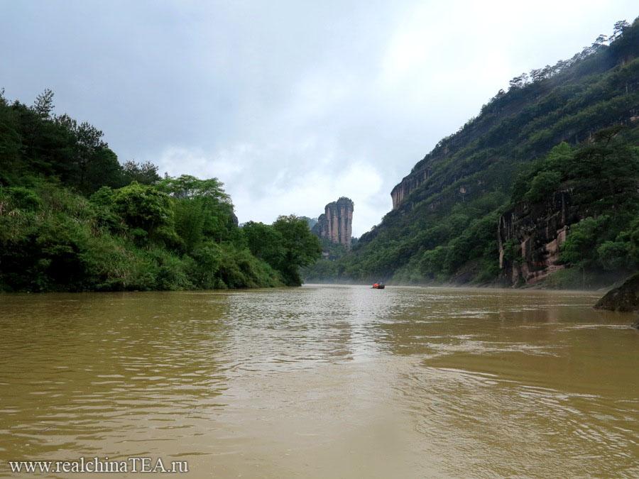 Не смотрите, что такая желтая вода. Это из-за дождя. Пройдет всего пара дней, и она вновь станет прозрачной. Кстати, именно этот вид и именно этот утес, сфотографированный именно с этой точки, вы можете найти на большинстве пачек с чаем Дахунпао в Китае. Эта классическая картинка - один из символов Уишаня.