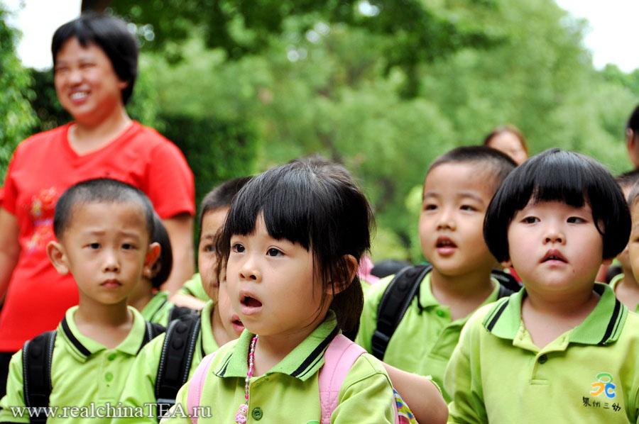 Китайские школьники впервые увидили иностранцев