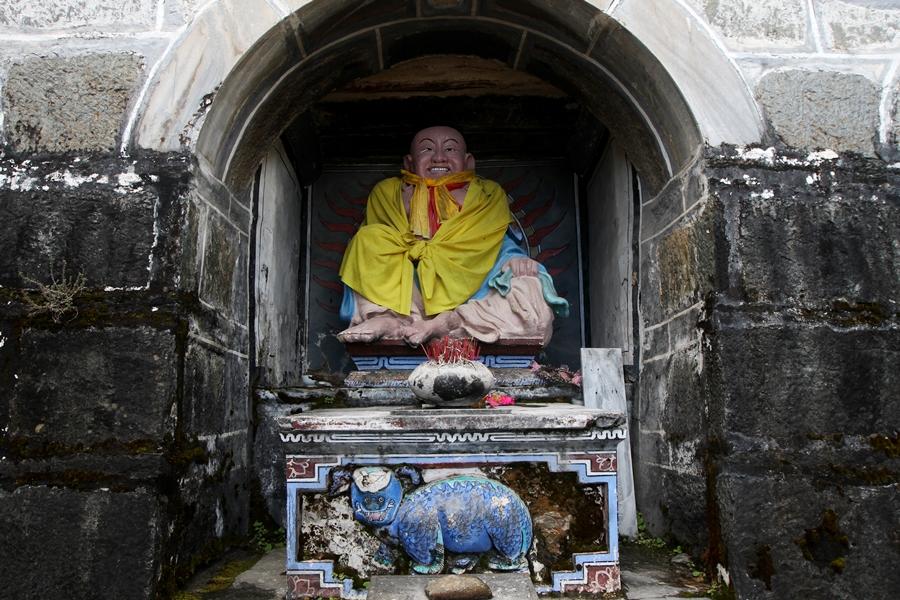 Если вы увеличите эту фотку, то вы увидите самое позитивное в мире животное! )) Оно располагается прямо под монахом. )) Я, честно, не знаю, кто это. ))
