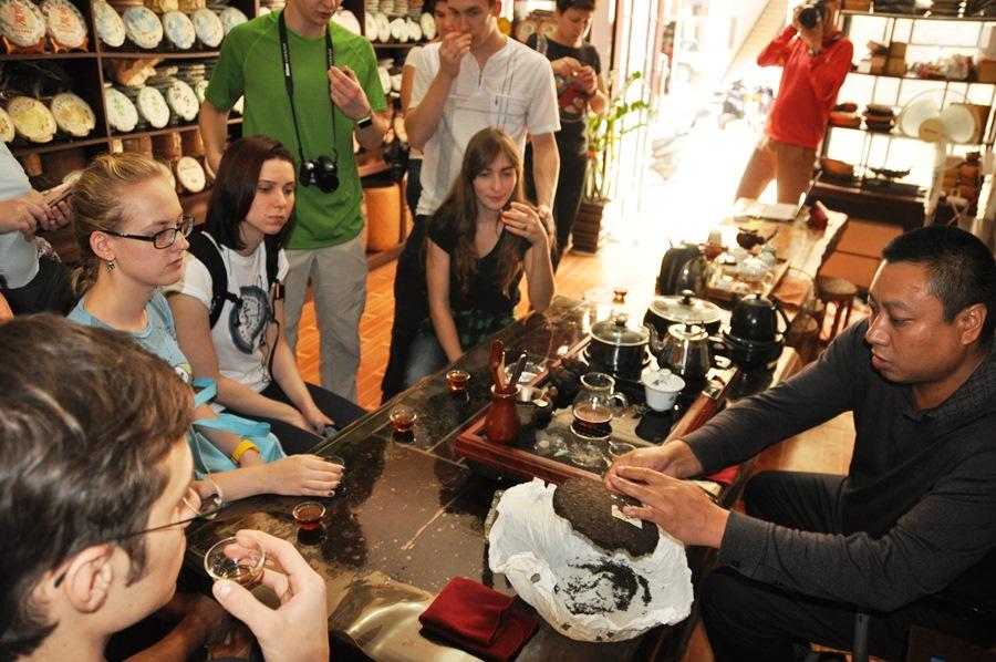Так мы учимся торговаться на местном чайном рынке