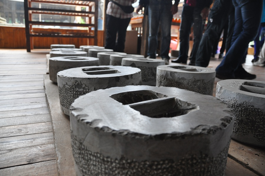 Те самые камни, с помощью которых прессуют блины Пура