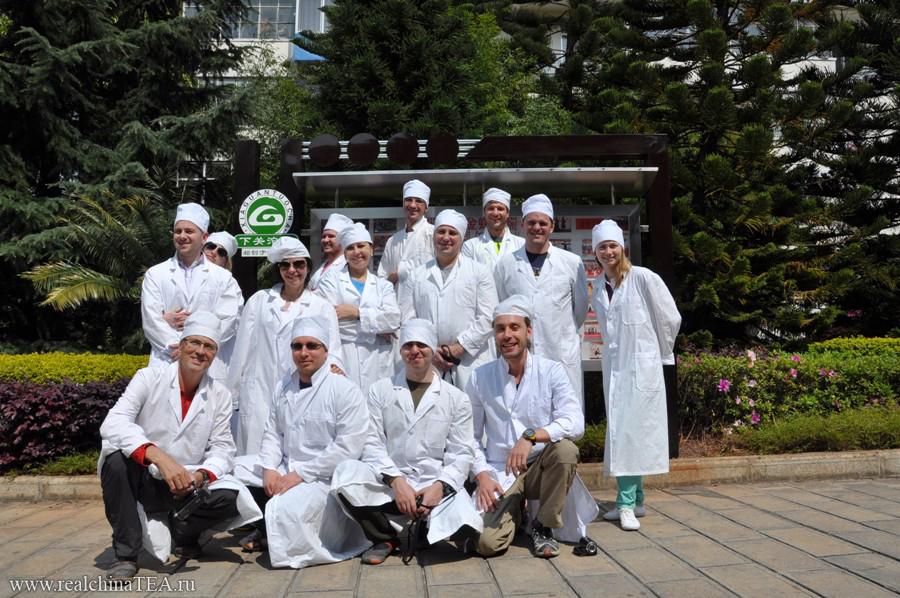 По-моему, мы действительно очень прикольно смотримся в белых халатах. Это наша официальная групповая фотография, которая даже попала в сектор китайского интернета.