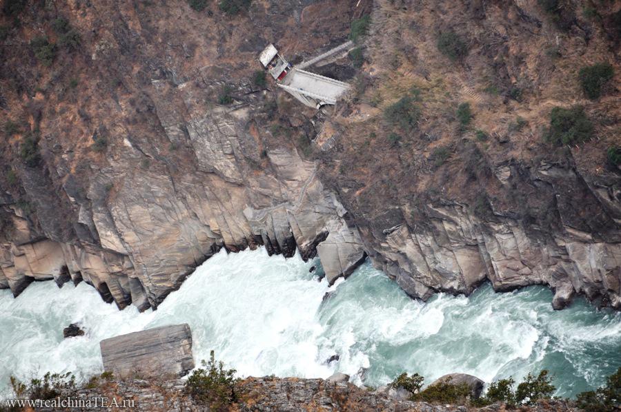 Фотографии никогда не передают масштаб. Но, поверьте, тут гигантские расстояния. А это - бушующая и великая река Янцзы!