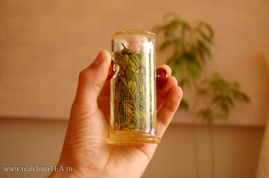 Лунцзин можно заваривать и в гайване и в исинском чайничке, но я предпочитают делать это в чайной колбе. Лично мне очень нравится заваривать зеленые чаи в стеклянной посуде.