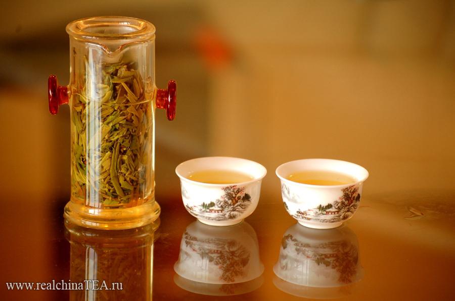 Чай Лунцзин дает прозрачный светло-желтый настой.