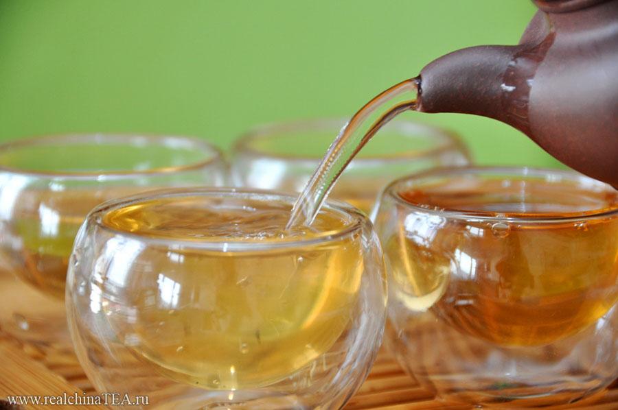 На этом снимке относительно молодой Шен Пуэр. Ему 4 года. Если бы этот чай был на десять лет старше, то настой был бы на несколько тонов темнее.