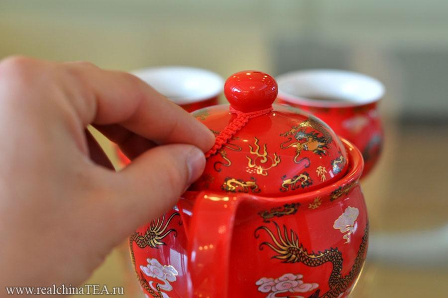 Крышка чайника соединена с его телом плетеным шнурочком. Это прикольно.