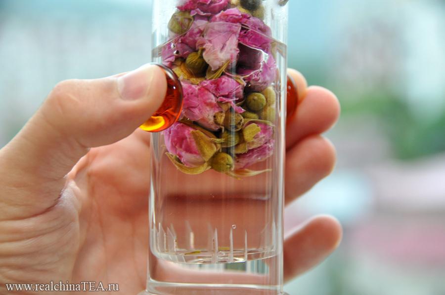 Заваривать китайскую розу можно точно так же, как и любой китайский чай. В гайвани или в колбе. Но время заварки должно быть чуть больше - 3-5 минут.